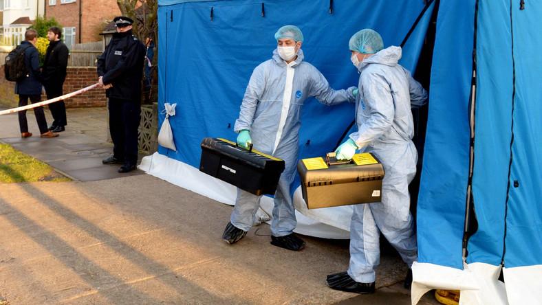 Specjaliści od broni chemicznej przed domem Siergieja Skripala