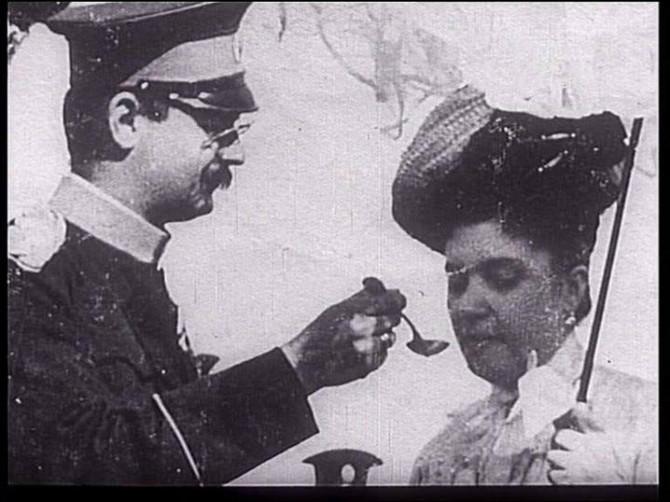Javna nežnost kralja prema kraljici nije prestajala ni u vreme diplomatskih poseta. Ljubio ju je i držao za ruku