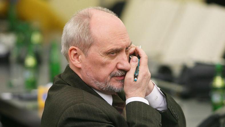 """Niesiołowski zablokował Macierewicza? """"Agresywny, skompromitowany"""""""