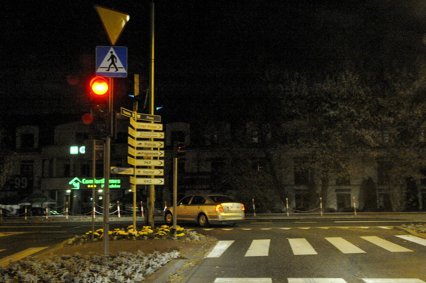 Poseł Jacek Sasin przejeżdża na czerwonym świetle