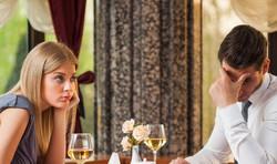 Niezdrowe zachowania podczas randek obejmują wszystkie z poniższych, z wyjątkiem: