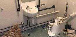 Pijany i nagi oficer dał czadu w toalecie! Ale wstyd!