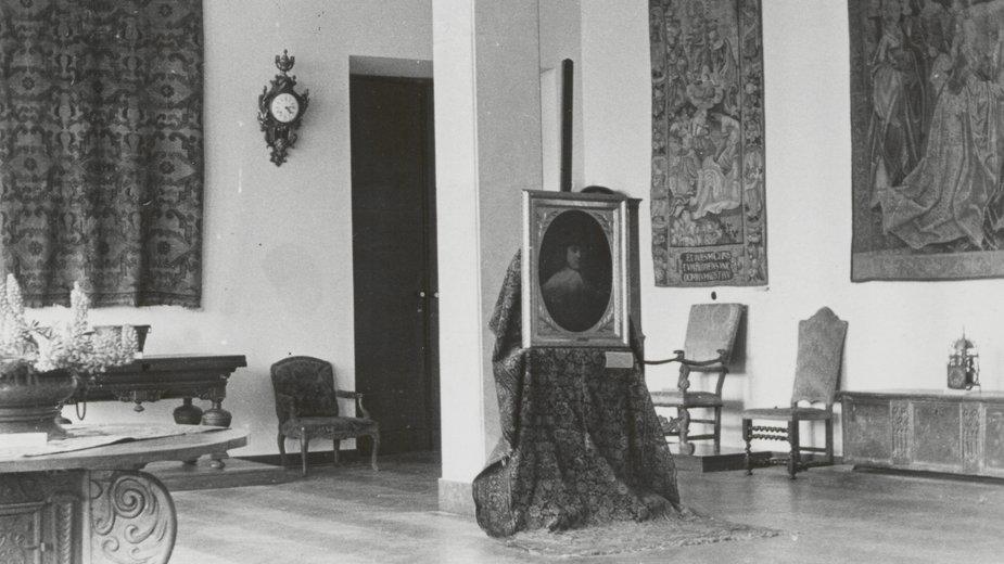 """Muzeum Narodowe w Warszawie. Wystawa """"Warszawa oskarża"""" - """"Sala muzealna"""" z """"Portretem młodzieńca"""" Rembrandta"""