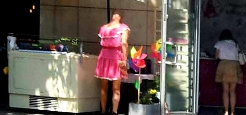 Złodziej ekscentryk! Mężczyzna w różowej sukience ukradł 4 kg lodów z kawiarni