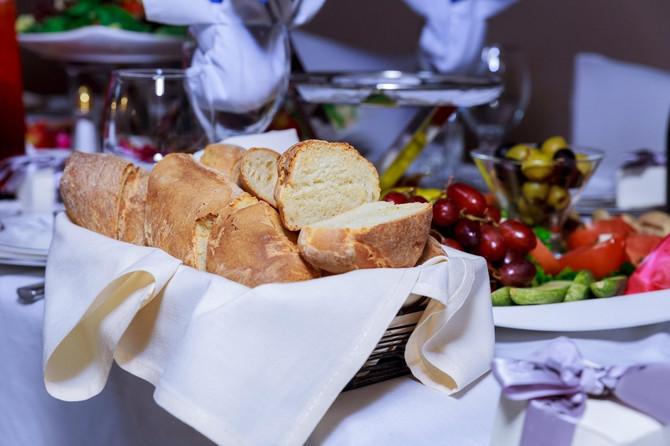 Da li ste znali zašto uvek prvo dobijete hleb u restoranu?