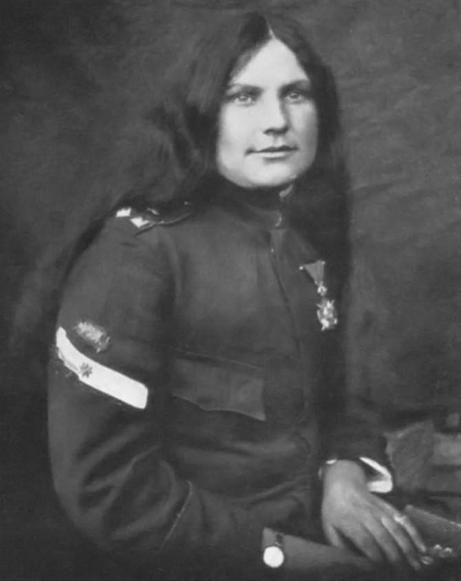 Plavooka lepotica Milunka Savić odsekla je svoju dugu kosu i prijavila se u vojsku kao Milun
