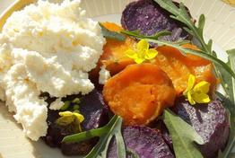 Pečeni batat sa sirom i rukolom: Doručak koji će vas dugo držati sitim!