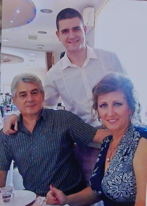Nemanja Stojanović sa majkom Tanjom i ocem Mikijem