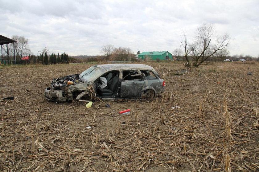 Samochód wypadł z drogi i uderzył w drzewo