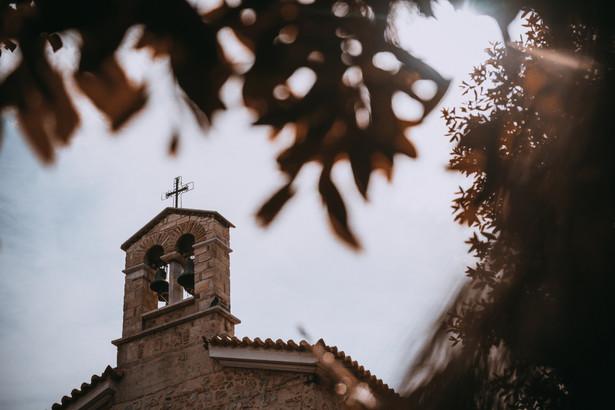 Jeden z przybyłych na miejsce policjantów oznajmił zgromadzonym wiernym, że zostały złamane restrykcje epidemiczne i nakazał opuścić kościół pod groźbą grzywny.