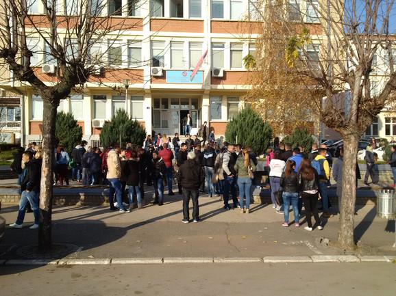 Oko škole su kafići, pekare, prodavnice, a Blace ima i studentski dom