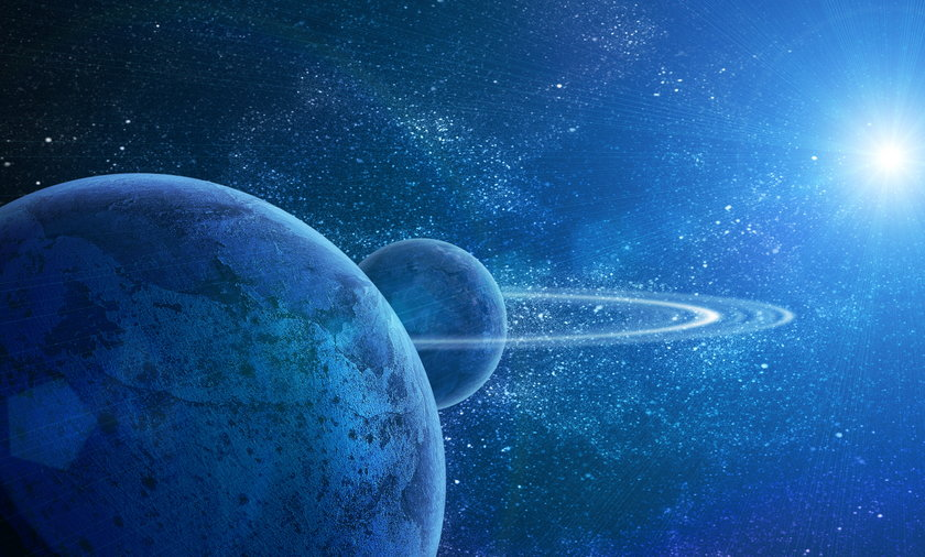 planeta ze słońcem w tle
