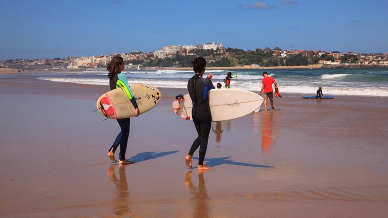 Surferzy na plaży w Santander