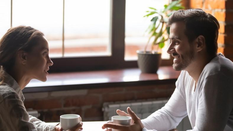 Para w kawiarni. Przyjaciele.