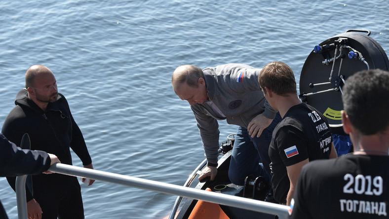 Po powrocie z wyprawy Putin relacjonował, że był w stanie ze wszystkich stron przyjrzeć się wrakowi okrętu podwodnego Szcz-308 Siomga, który po wpłynięciu na minę poszedł na dno w październiku 1942 roku u wybrzeży wyspy Gogland, ok. 180 km na zachód od Petersburga. Ponadto nurek przytwierdził do wraku tablicę upamiętniającą 40 członków załogi zatopionego okrętu.