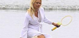 W białych kozakach na plaży. Kto?