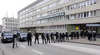 Związki z KHW nie przyjęły projektu porozumienia. 9 osób zatrzymanych po awanturze przed holdingiem