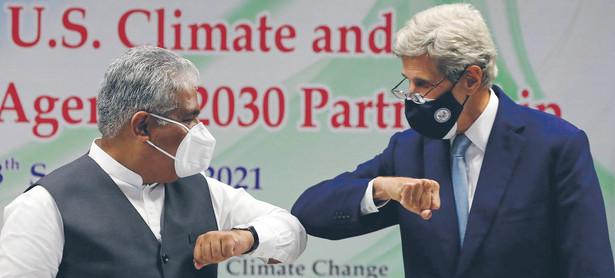 Johnowi Kerry'emu (z prawej), wysłannikowi prezydenta USA ds. klimatycznych, nie udało się uzyskać ze strony Bhupendera Yadava, ministra środowiska Indii, nowych zobowiązań w zakresie ograniczania emisji