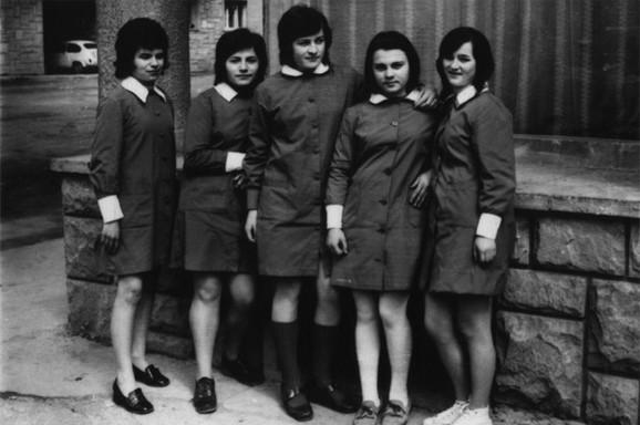 Milica Kostić, krajnja desno, sa drugaricama iz Medicinske škole