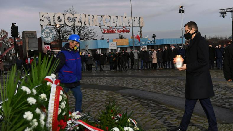 Premier Mateusz Morawiecki podczas ceremonii złożenia wieńców na placu Solidarności pod Pomnikiem Poległych Stoczniowców