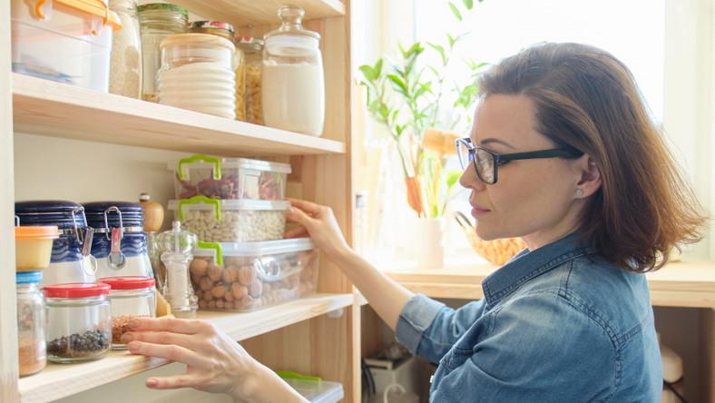 Kobieta zagląda do szafki
