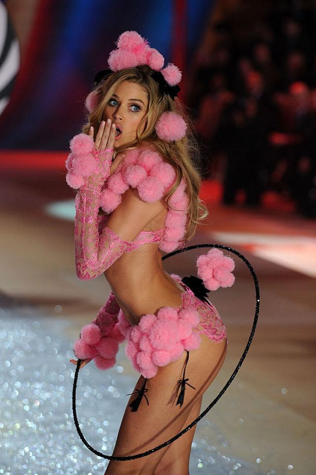 Victoria's Secret - Doutzen Kroes na pokazie w 2012 roku