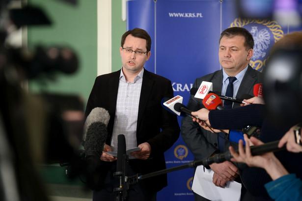 Rzecznik prasowy Waldemar Żurek (po prawej) oraz członek KRS Sławomir Pałka