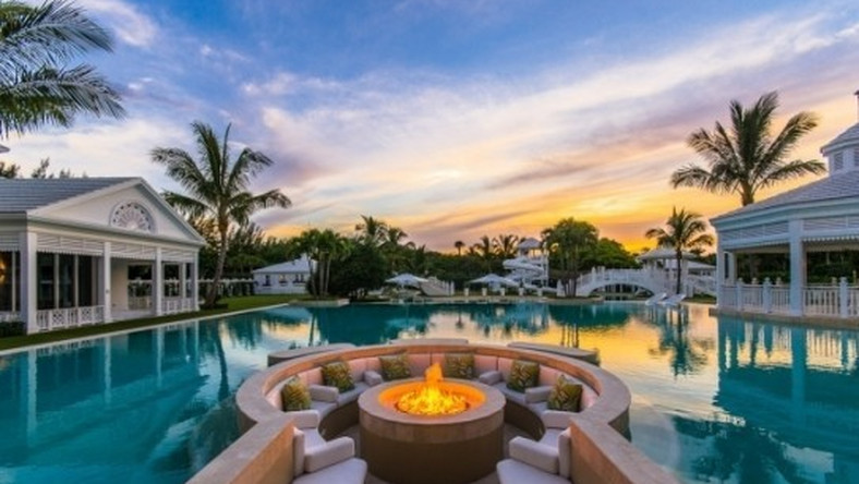 Rezydencja Celine Dion wybudowana została trzy lata temu na wyspie Jupiter na Florydzie, uznawaną za enklawę największych bogaczy USA. Mieszka tu około 800 osób, w tym np. golfista Tiger Woods