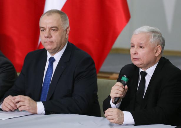 Jarosław Kaczyński i Jacek Sasin podczas konferencji prasowej Społecznego Komitetu Budowy Pomników.