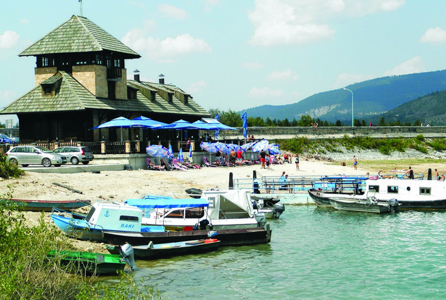 Jezero je formirano kada je u Kokinom Brodu pobodena zemljana brana