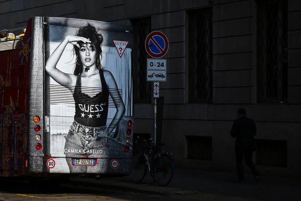 Autobus turystyczny z reklamą odzieży na jednej z ulic w Mediolanie, Włochy, 25.09.2017