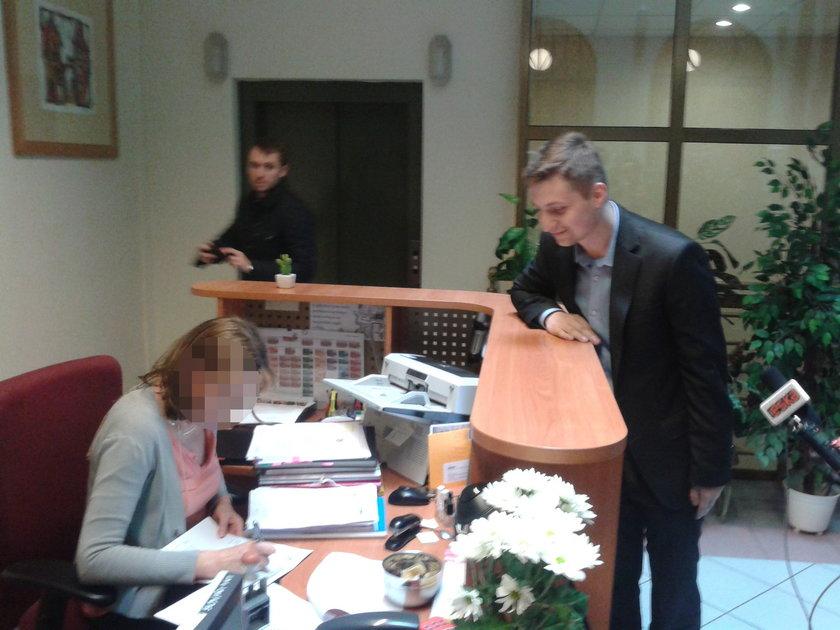 Łukasz Olbert z Nowego Dworu składa petycję w urzędzie