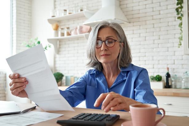 ZUS, przyjmując takie kryterium i zakładając, że z nowych uprawnień skorzysta 50 proc. uprawnionych, wyliczył, że na emeryturę stażową przeszłoby od razu ok. 270 tys. osób, a w następnych latach ok. 50 tys. osób rocznie.