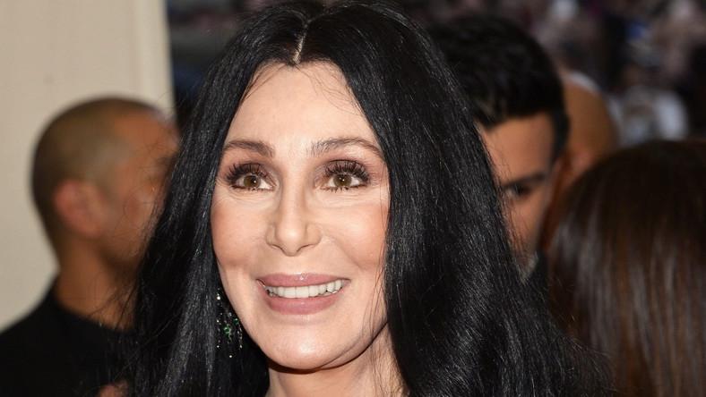 """Cher miała zapaść na niebezpieczną chorobę, wywołanąprzez wirus Epsteina-Barr (EBV), który powoduje mononukleozę. Powikłania po niej mogą doprowadzić do trwałego uszkodzenia śledziony, zapalenia trzustki lub mięśnia sercowego. Według magazynu """"National Enquirer"""" stan Cher jest bardzo poważny, a nawet """"zagrażający życiu"""". A wszystko z powodu groźnego wirusa, stresu i wyczerpania rodzinnymi kłótniami"""