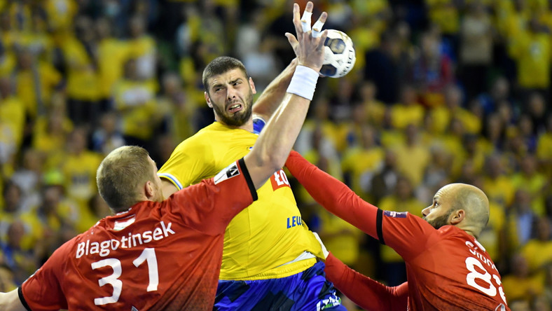 Zawodnik drużyny Łomża Vive Kielce Branko Vujovic (C) oraz Blaz Blagotinsek (L) i Adrian Sipos (P) z Telekom Veszprem podczas meczu 2. kolejki Ligi Mistrzów piłkarzy ręcznych w Kielcach