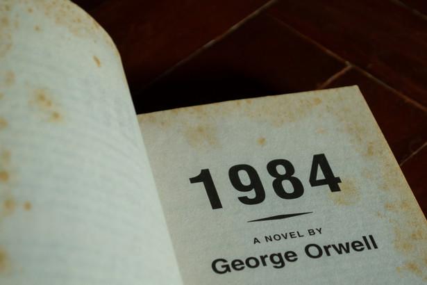 """""""1984"""" początkowo miało nosić tytuł """"Ostatni człowiek w Europie"""" – bo człowiekiem się jest, dopóki się pamięta własną historię i ufa innym ludziom"""