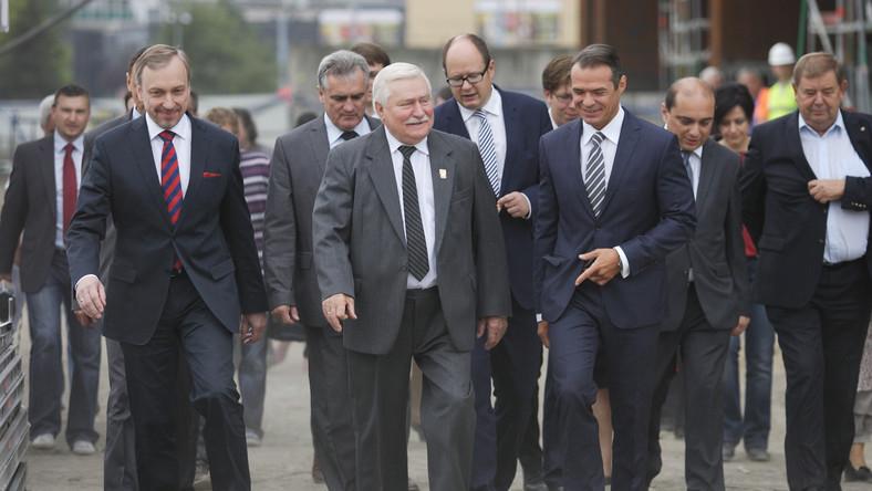 Wałęsie towarzyszyli ministrowie - kultury Bogdan Zdrojewski i transportu Sławomir Nowak.