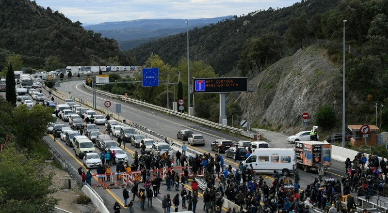 Catalan separatists block Spain-France highway