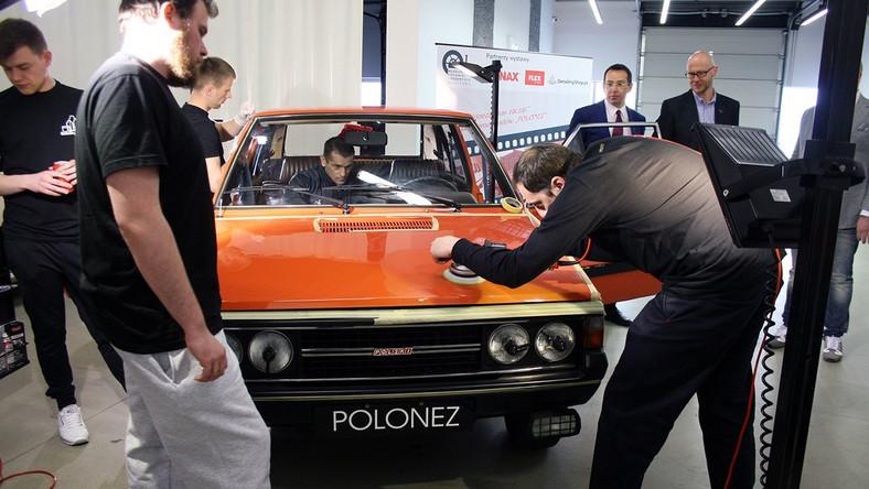 Pomarańczowy polonez 3D to prawdopodobnie pierwszy egzemplarz, jaki pojawił się w Polsce. Wykonali go Włosi na zamówienie Fabryki Samochodów Osobowych. Obecnie jego właścicielem jest Muzeum Techniki i Przemysłu NOT.