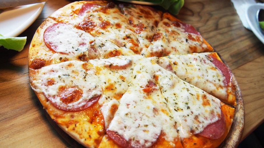 Domową pizzę przygotowujemy z ciasta drożdżowego i ulubionych dodatków- falovelykids/pixabay.com