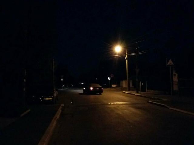 Ulice Batajnice osvetljava tek poneka sijalice, dok su sve kuće u mraku