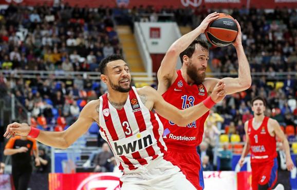 Serhio Rodrigez u duelu sa Najdželom Vilijams-Gosom košarkašem Olimpijakosa