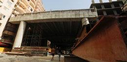 Budują most 40 cm od okien mieszkańców!