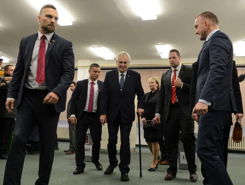 Milosz Zeman zaatakowany przez nagą kobietę. Wybory w Czechach