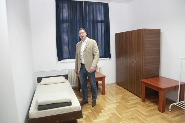 Vučić u spavaonici u kasarni