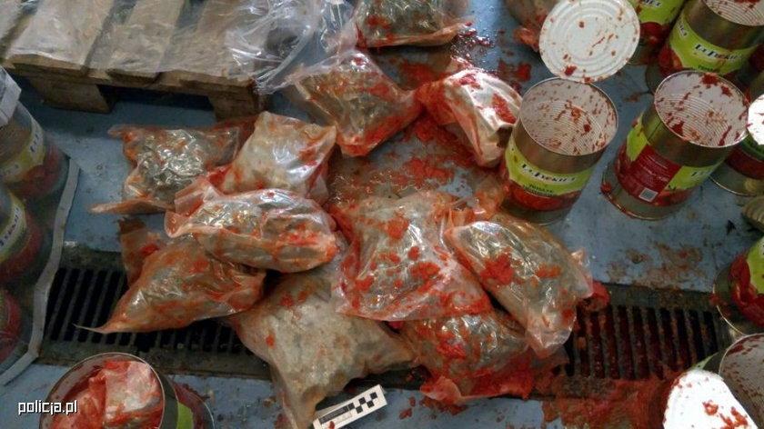 Narkotyki znalezione w puszkach z pomidorami