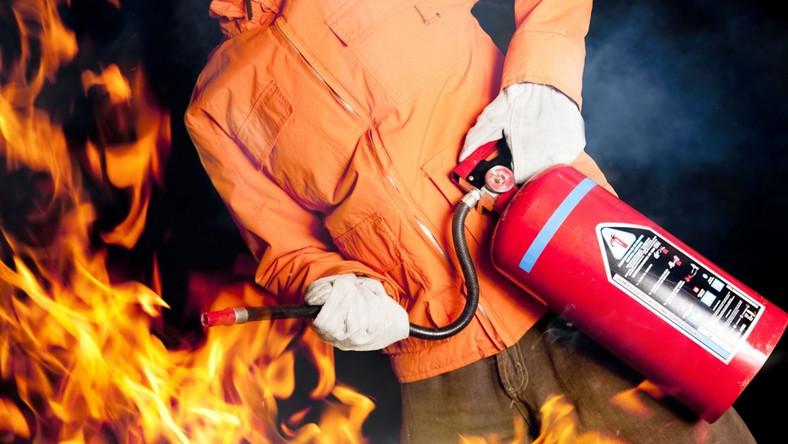 gaśnica, strażak, mężczyzna, pożar, pierwsza pomoc/ fot. Fotolia