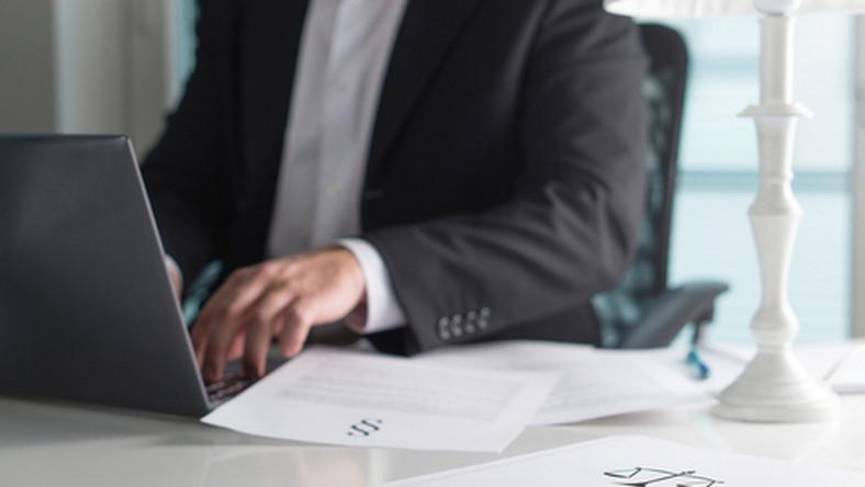 prawo, dokumenty, paragraf, biuro, komputer, praca, pracownik/ fot. Shutterstock