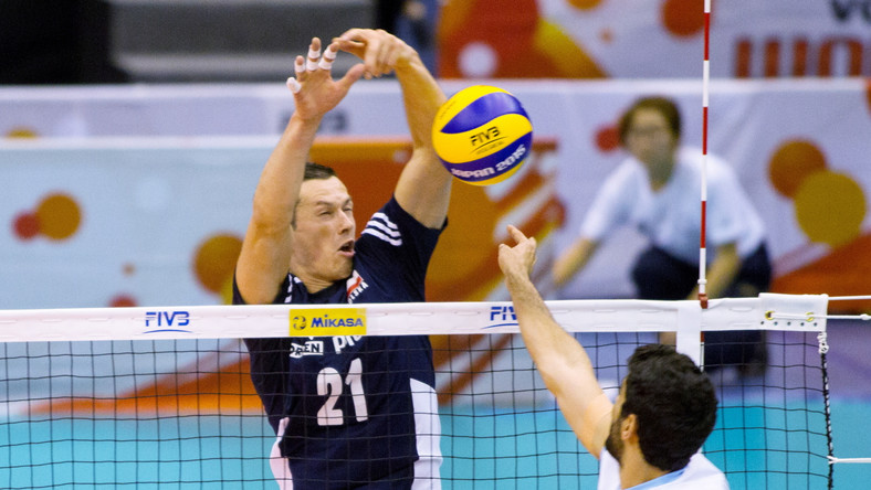 Rafał Buszek (L) w meczu Pucharu Świata siatkarzy z Argentyną w Hamamatsu