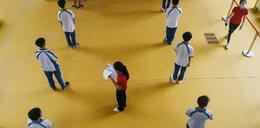 Dwóch uczniów zmarło na lekcji wf-u, bo mieli na sobie maseczki?